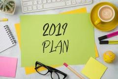 texte de 2019 plans sur la note de papier colorée de note avec le local commercial photo libre de droits