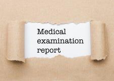 Texte de rapport d'examen médical derrière le papier image stock