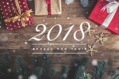 Texte de salutation de 2018 bonnes années sur le fond en bois avec des décorums Photographie stock libre de droits