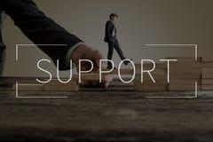 Texte de soutien au-dessus de l'homme d'affaires marchant vers le haut des étapes Photographie stock