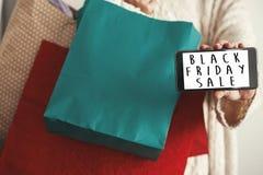 Texte de vente de Black Friday sur l'écran de téléphone Christm de remise spéciale image libre de droits