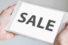 Texte de vente montré sur le comprimé moderne comme concept pour des achats et des ventes en ligne Image stock