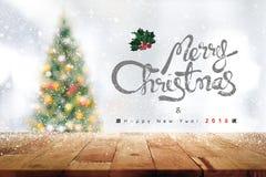 Texte der frohen Weihnachten und des guten Rutsch ins Neue Jahr 2018 über Holz verlegen t lizenzfreie stockbilder