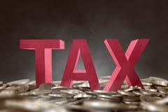 texte des impôts 3D sur la pile d'or de pièce de monnaie Photos libres de droits