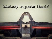 Texte des répétitions d'histoire de machine à écrire de vintage elle-même photographie stock