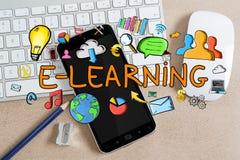 Texte et icônes d'apprentissage en ligne sur le fond de bureau Photographie stock libre de droits