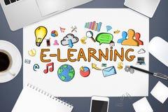 Texte et icônes d'apprentissage en ligne sur le fond de bureau Image stock