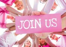Texte et main de rejoignez-nous tenant la carte avec des mains ensemble en cercle avec les T-shirts roses Photographie stock