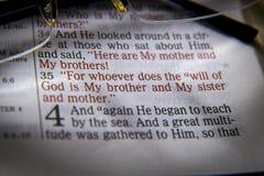 Texte et verres de bible images libres de droits