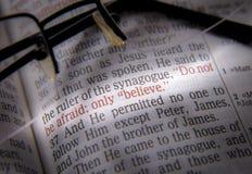 Texte et verres de bible photos stock