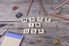 Texte : FABRIQUÉ AUX Etats-Unis à partir des lettres en bois sur le fond en bois Photographie stock