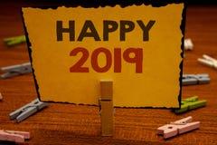 Texte 2019 heureux d'écriture de Word Concept d'affaires pour le holdin de motivation de prise de Congrats MessageClothespin d'ac Photos libres de droits