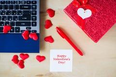 Texte heureux de jour du ` s de Valentine écrit sur l'autocollant à la table Image stock