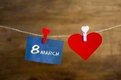 Texte heureux de jour du ` s de femmes écrit avec la craie sur les autocollants et le coeur rouge Images libres de droits