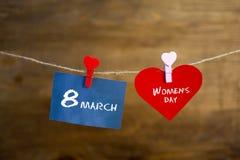 Texte heureux de jour du ` s de femmes écrit avec la craie sur les autocollants et le coeur rouge Photographie stock