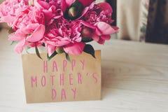 Texte heureux de jour du ` s de mère sur la carte et le bouquet rose o de métier de pivoines Photos libres de droits