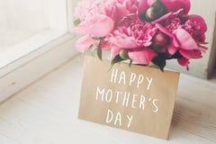 Texte heureux de jour du ` s de mère sur la carte et le bouquet rose o de métier de pivoines Images libres de droits