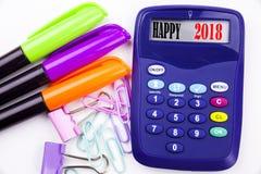 Texte 2018 heureux de mot d'écriture dans le bureau avec les environs tels que le marqueur, écriture de stylo sur la calculatrice Images stock