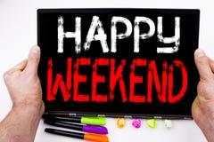Texte heureux de week-end écrit sur le comprimé, ordinateur dans le bureau avec le marqueur, stylo, papeterie Concept d'affaires  Image stock