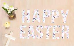 Texte heureux lumineux de Pâques, poussin, croix de fleur et en bois et backgro Image libre de droits