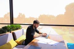 Texte indépendant de réécriture de redacteur publicitaire sur l'ordinateur portable à la table de café photo libre de droits