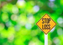 Texte jaune de poteau de signalisation pour le ligh d'abrégé sur bokeh de vert d'excédent de pertes Photos stock