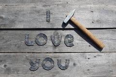 Texte JE T'AIME écrit par des clous en métal Image libre de droits