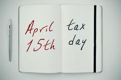 Texte jour d'impôts du 15 avril dans un bloc-notes Photographie stock