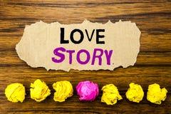 Texte Love Story d'écriture Concept pour aimer quelqu'un coeur écrit sur le rappel collant de papier de note, fond en bois avec l Image libre de droits