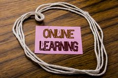 Texte manuscrit montrant en ligne l'étude Concept d'affaires pour la formation d'apprentissage en ligne écrite sur le papier de n Photo stock