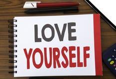 Texte manuscrit montrant l'amour vous-même Écriture de concept d'affaires pour le slogan positif pour vous écrit sur le papier de Images stock