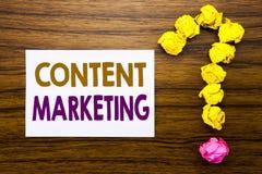 Texte manuscrit montrant le marketing satisfait Concept d'affaires pour le plan de media en ligne écrit sur le papier de note col Images libres de droits