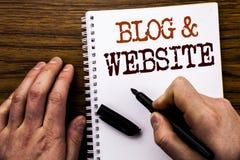 Texte manuscrit montrant le site Web de blog de mot Concept d'affaires pour le Web Blogging social écrit sur l'ordinateur portabl Photo libre de droits