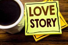 Texte manuscrit montrant Love Story Concept d'affaires pour aimer quelqu'un coeur écrit sur le papier de note collant sur le Ba e Photographie stock libre de droits