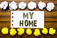Texte manuscrit montrant ma maison Le concept d'affaires pour l'amour de domaine de Chambre écrit sur la note collante, en bois a Images libres de droits