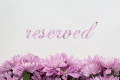 Texte réservé de fleurs sur le fond blanc Photo stock