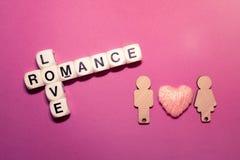 Texte roman de bloc de mots croisé d'amour avec deux chiffres en bois couples Photographie stock libre de droits