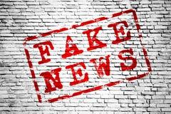 Texte rouge de fausses actualités entouré par le cadre rouge au-dessus d'un fond sans couture simple de texture de modèle de mur  illustration stock