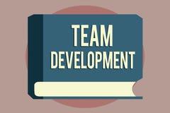 Texte Team Development d'écriture de Word Le concept d'affaires pour apprennent pourquoi et comment les petits groupes changent a illustration de vecteur