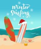 Texte tiré par la main surfant d'hiver Jour ensoleillé sur la plage, planches de surf avec le chapeau de Noël, vagues sur la mer, illustration libre de droits