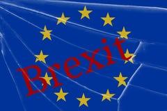 Texten Brexit på det brutna exponeringsglaset Begreppet av en UK-utgång från den europeiska unionen royaltyfri foto