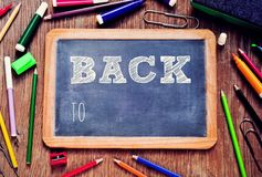 Texten tillbaka till skolan som är skriftlig i en svart tavla stock video