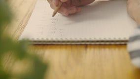 Texter und Komponist, der musikalische Anmerkung auf Notizbuch schreibt stock video footage