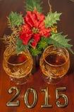 2015 textes de nouvelle année et deux verres de cognac Images libres de droits