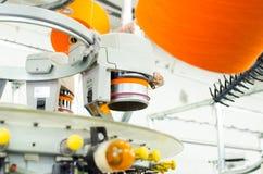 Textiel: De industriële Machine van het Borduurwerk Machines en materiaal in een spinnend productiebedrijf royalty-vrije stock afbeelding