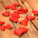 Textiel rode harten, de harten van de Valentijnskaartendag, bruine houten achtergrond Stock Fotografie
