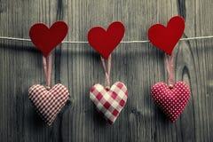 Textielharten die op de kabel hangen - de Dagachtergrond van Valentine royalty-vrije stock fotografie