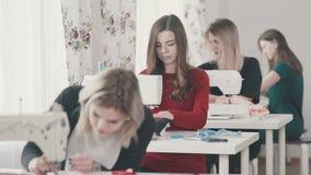 Textielklasse Jonge needlewoman in de workshop stock video