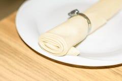 Textielservet in een restaurant met klem Stock Afbeelding