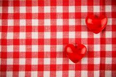 Textieltextuur in rode en witte cel met twee rode harten Stock Afbeeldingen